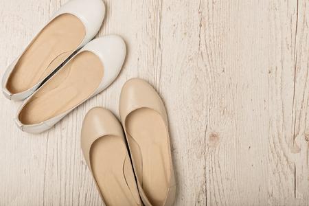 여성 신발 (발레 아파트) 화이트와 베이지 색 빛 나무 배경에. 선택적 포커스입니다.