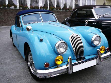 shiny car: vintage mooie blauwe cabriolet geparkeerd op straat Redactioneel