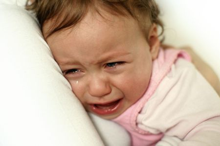 child crying: abrazos ni�a llorando a su mam� Foto de archivo