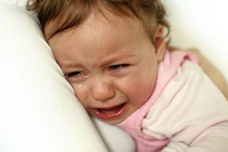 ni�os enfermos: abrazos ni�a llorando a su mam� Foto de archivo