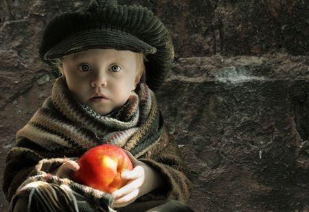 petite fille triste: fille peu triste avec pomme, copiez espace