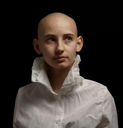 calvicie: chica de sobreviviente de c�ncer de retrato sobre fondo negro Foto de archivo