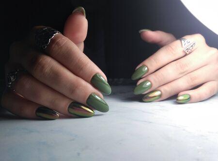 Green gel polish with iridescent cat eye design Zdjęcie Seryjne