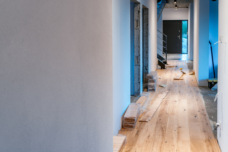 Laying a wooden floor in a new home Imagens