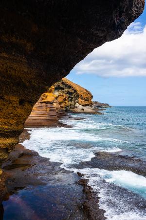 Plaża z żółtymi skałami dookoła - Image