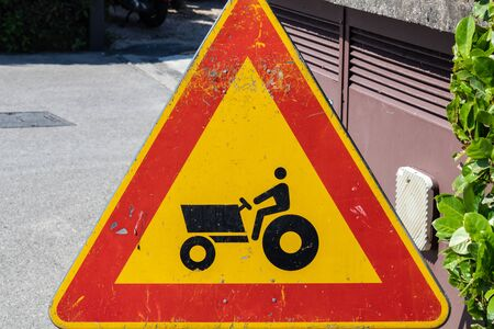 Tractor caution sign, farm vehicle crossing warning sign closeup - Image Imagens