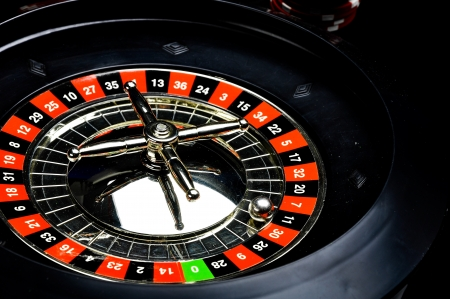 ruleta de casino: Composición de cosas casino con fondo oscuro