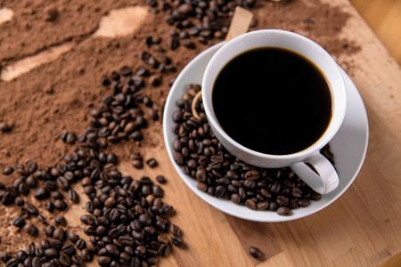 cafe colombiano: Concepto orgánico con café en la mesa de madera Foto de archivo