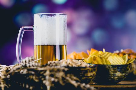 alcoholismo: cerveza ligera con aperitivo, el concepto de partido Foto de archivo