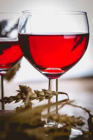 Vaso de vino tinto en la mesa de madera