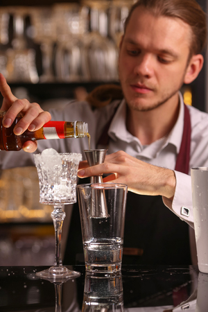 Margarita alcohol cocktail with lime ice barmen Imagens