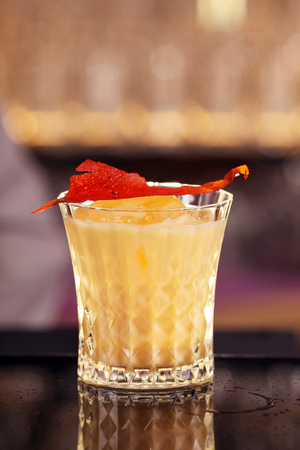 Batida cocktail drink with mint making by bartender Foto de archivo - 120156971
