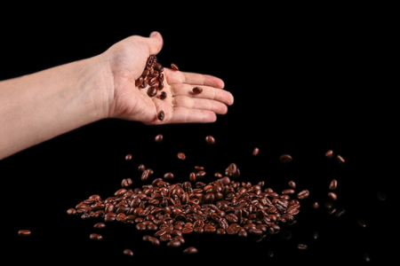 Roasted beans. Coffee beans isolated on black background. Standard-Bild