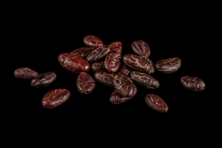 Cocoa beans isolated on black background. Roasted beans. Standard-Bild