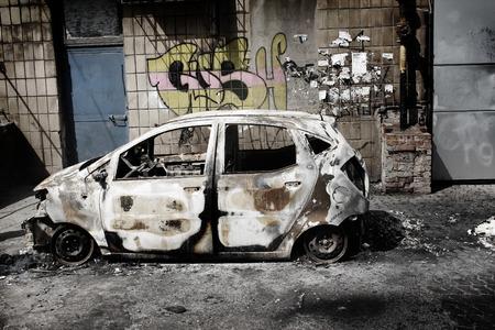 quemado: Coche quemado en Ucrania Foto de archivo