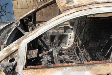 la quemada: Coche quemado en Ucrania Foto de archivo