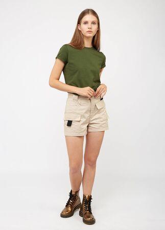 Ragazza adolescente in pantaloncini cargo beige