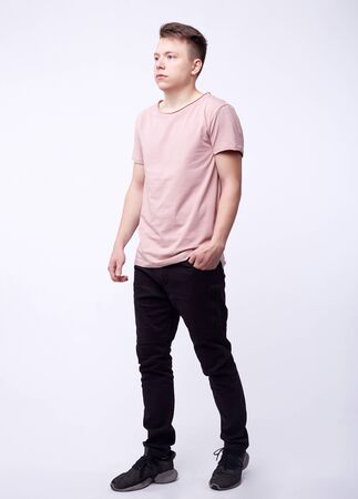 man in jeans, denim broek close-up op witte achtergrond, zwarte jeans. Stockfoto