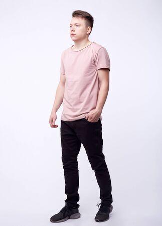 Mann in Jeans, Jeanshose hautnah auf weißem Hintergrund, schwarze Jeans. Standard-Bild