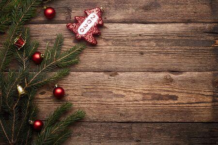 2020. Weihnachts- oder Neujahrsdekorationshintergrund. Brown-Grunge-Hintergrund mit Kopienraum.