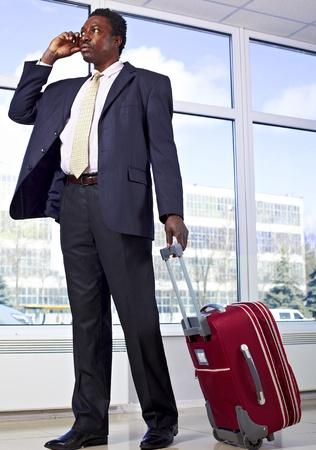 Hombre de negocios estadounidense caminando con bolsa de viaje Foto de archivo