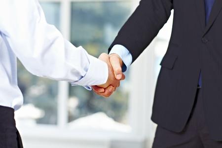 concept images: Stretta di mano uomini d'affari in ufficio