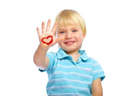 corazones azules: Ni�o feliz con forma de coraz�n pintado en su mano