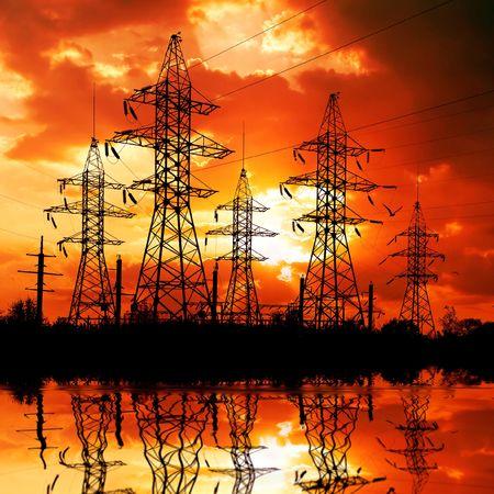 hoogspanningsmasten: Elektriciteits masten op de achtergrond van de zons ondergang.