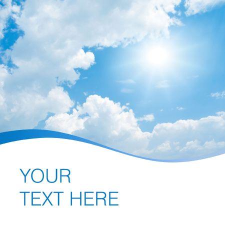 sol radiante: El sol, azul cielo y las nubes blancas con espacio para texto.