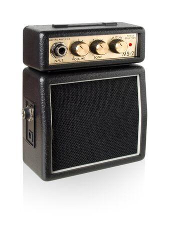 amplification: Amplificateur de guitare sur fond blanc