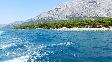 aquamarine water of Adriatic sea in Middle Dalmatia and light gray mountains Standard-Bild