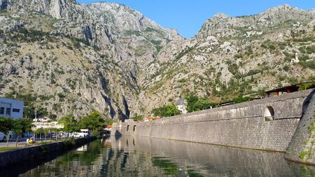 old wall of old town Kotor in Montenegro and light gray mountains Banque d'images - 148090278