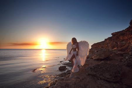 vrouw in witte jurk als een engel Stockfoto