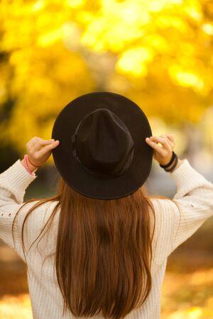 Belle écolière à la mode posant dans le parc.