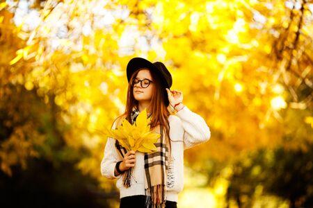 Jolie jeune femme dans un tir automnal à l'extérieur. Belle écolière à la mode posant dans le parc. Banque d'images