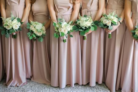 Brautjungfern mit Blumensträußen. Standard-Bild