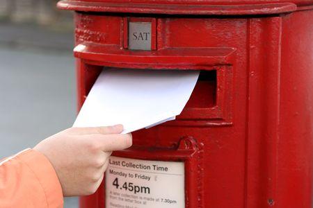 posting: Carta de desplazamiento al rojo en la calle british postbox