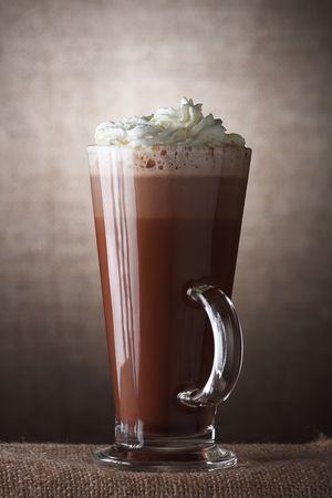 chocolat chaud: Chocolat chaud avec de la cr�me en verre brun sur fond rustique  Banque d'images