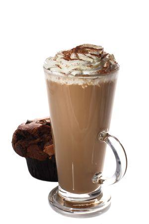 hohe Tasse frischem Kaffee Latte und Muffin isoliert