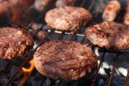 carne asada: Alimentos c�rnicos - hamburguesas en la barbacoa. Someras DOF.  Foto de archivo