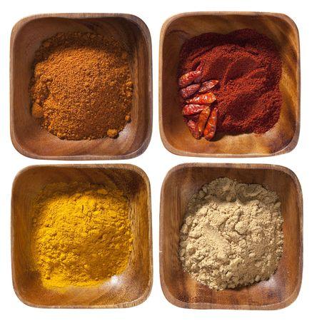 intestinos: cuatro cero especias en los intestinos de madera aisladas sobre fondo blanco Foto de archivo