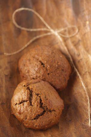 galletas de jengibre: cookies de jengibre suaves en GDL de madera, poco profunda Foto de archivo