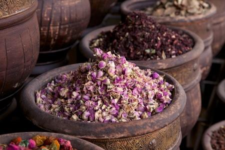 flores secas: secado de hierbas flores (Rosa) en la tienda de la calle de Marrakech, dof superficial