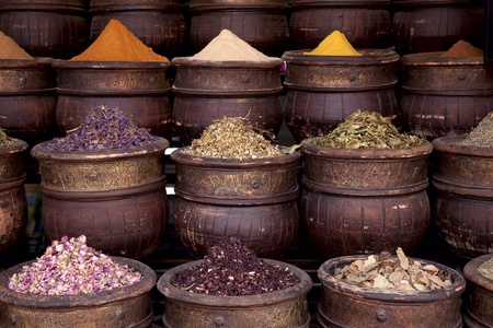 gedroogde kruiden bloemen kruiden in de Marrakesh straat winkel, ondiepe DOF Stockfoto