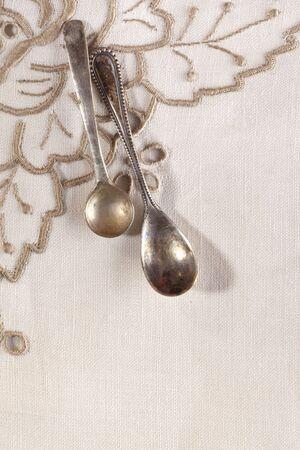 servilleta de papel: dos cucharas de caf� retro atado en bordados servilleta Foto de archivo