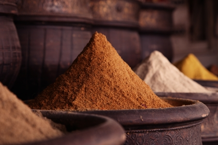 épices: Tas d'épices (curry en poudre) dans la boutique de la rue de Marrakech, shallow dof