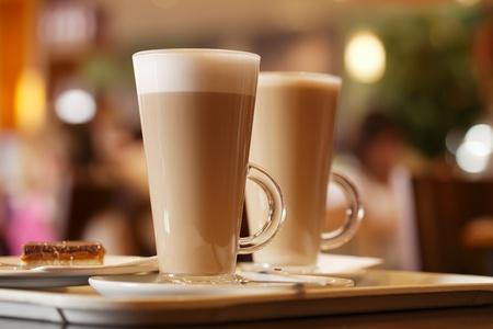 koffie latte in twee hoge glazen binnen, ondiepe DOF