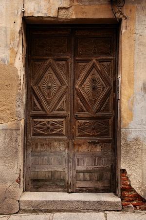 muro rotto: molto vecchia porta di legno e muro di mattoni rundown