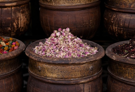flores secas: flores hierbas secas (rosa) en la tienda de la calle Marrakech, dof bajo Foto de archivo