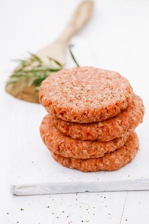 carne picada: Hamburguesas primas para las hamburguesas, en una pila